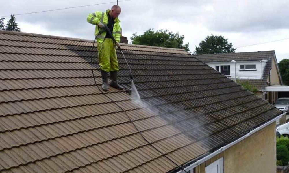 Nettoyage toiture : prévenir les chutes et les accidents